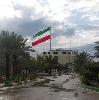 برافراشته پرچم اهتزاز کشور عزیزمان ایران در محوطه شهرداری بندرخمیر در سالگرد پیروزی انقلاب اسلامی