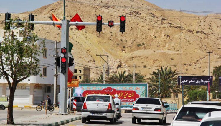 اولین چراغ راهنمایی شهر در چهارراه شهرداری نصب شد.
